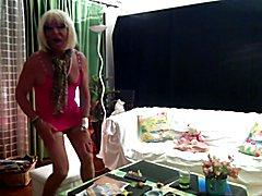 Tekila travesti danse dans sa robe bien trop courte laissant dépasser son sexe