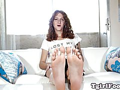 Bigfeet tranny amateur flexing her long toes and showing off her arches