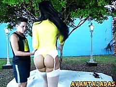Bela travesti gostosa de corpo escultural transando com o namorado em baixo da árvore.