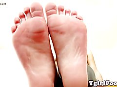 Toe curling ts takes off her highheels and sways her feet in closeup