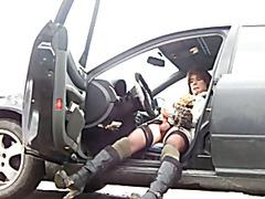 Transen wichst sich im Auto
