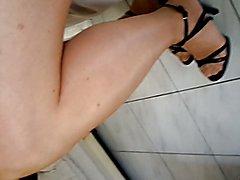 assise en collant fin et mini jupe