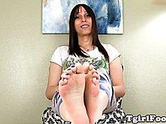 Bigfeet fetish trans pours oil over her feet