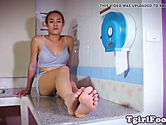 Toes fetish tranny gripping paper with toes